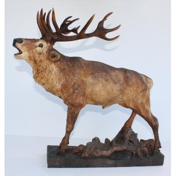 Geschnitzter röhrender Hirsch